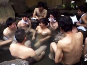 【手コキ動画】四十路のベテランバスガイドと混浴露天風呂に入れるツアーで乱れる童貞男子たちww