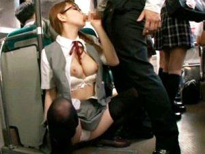 【フェラチオ動画】同級生も多数乗る朝の満員バス内で巨乳をハミ乳させながらフェラコキしてくるメガネ女子校生ww