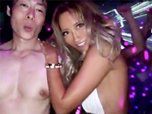 【ギャルおまんこ動画】媚薬入りの泡を巻くクラブイベントで水着ギャルたちが泡に紛れて中出ししてる事実ww