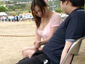 【青姦おまんこ動画】娘の体育祭に応援に来た若くキレイな巨乳ママ…隣で応援する知らないパパの勃起が気になったww