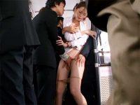 【痴漢フェラチオ動画】バス内で集団痴漢被害に遭遇する美人OL…タイトスカートや顔に大量ぶっかけww