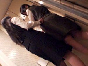 【レズ盗撮おまんこ動画】給湯室でボディタッチをしながら同僚OLを誘うOL…タイトスカートを脱がし洗面台でクンニww