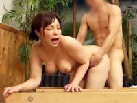 【中出しおまんこ動画】デカチン過ぎて悩む男子と一緒に混浴風呂に入る人妻…大き過ぎるチンポを見た結果ww
