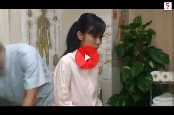 【マッサージ盗撮おまんこ動画】腰痛を放置した時の怖さを語られマッサージ師の話術に騙された美人OLww