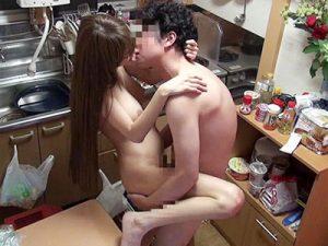 【人妻盗撮おまんこ動画】男の頭を押さえつけながらクンニを強要するビッチ妻の浮気現場を隠しカメラで撮影ww