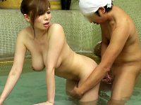【混浴風呂おまんこ動画】彼氏と混浴温泉に来たギャルが他人の勃起チンポに釘付け…彼氏の背後でサイレントセックスww