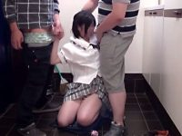 【JCフェラチオ動画】膨らみかけBカップのつるぺたな身体に無毛パイパン女子を自宅の前でフェラ強要するおじさん…