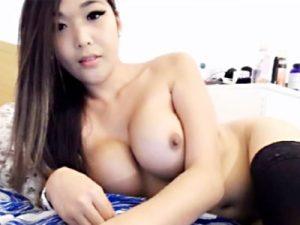 【巨乳ライブチャット動画】全裸にニーソックスだけ履いた巨乳女子がリスナーと会話しながらオッパイぷるぷるww