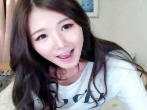 【ライブチャット動画】スタイルが完璧過ぎる韓国女性のライブ配信…ピンピンに勃起した乳首と透け下着がエロ過ぎるww