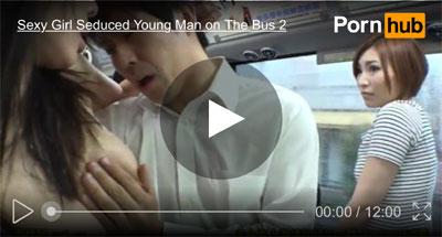 【逆レイプおまんこ動画】モテたことがない男子生徒の童貞チンポの臭いを感じ取った巨乳人妻がバス内で誘惑ww