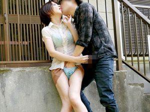 【青姦おまんこ動画】打ち水で着ている衣服が濡れてしまった人妻の透けブラに我慢出来ず野外で犯された女ww