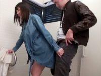 【ハメ撮りおまんこ動画】コートの下は全裸の露出女が公衆トイレで中出しセックスww