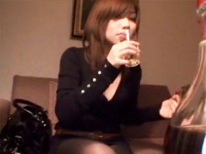 【中出しおまんこ動画】あらゆる酒を休み無しに飲ませて完全に泥酔した女子大生をラブホで連続中出し…