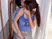 【人妻パイズリ動画】キャミソール1枚の巨乳ママに思春期の息子が我慢出来ず寝てる父親の真横で性行為ww