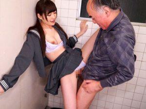 【トイレセックスおまんこ動画】自分の父親より年上のオジサンと公衆便所で着衣セックスする女子校生ww